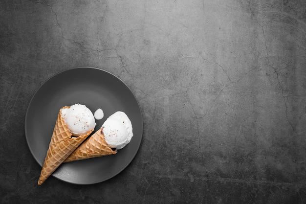 Piastra per copia-spazio con coni gelato Foto Gratuite