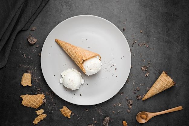 Piastra vista dall'alto con gelato su coni Foto Gratuite