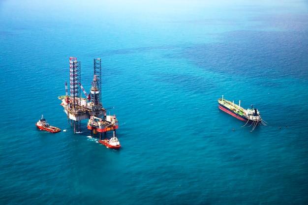 Piattaforma petrolifera nel golfo con nave petroliera Foto Premium