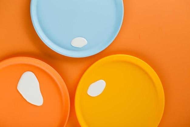 Piatti colorati con gocce di latte Foto Gratuite