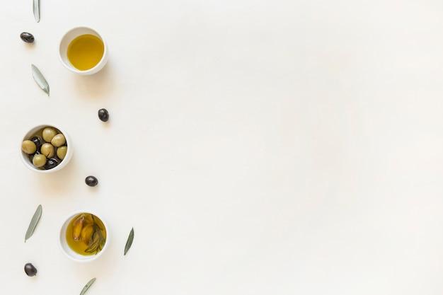 Piatti con olive e olio Foto Gratuite
