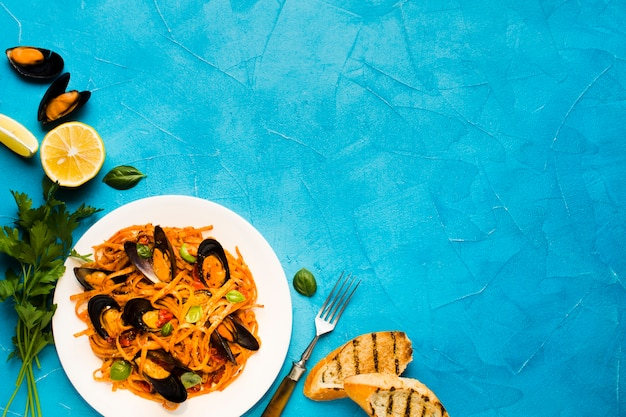 Piatti di pesce piatto con copyspace Foto Gratuite