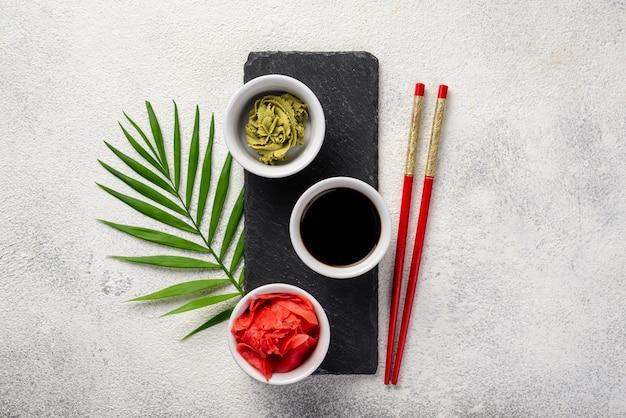 Piatti di wasabi allo zenzero e salsa di soia su ardesia Foto Gratuite