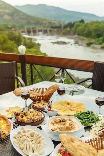 Piatti georgiani sul tavolo Foto Premium