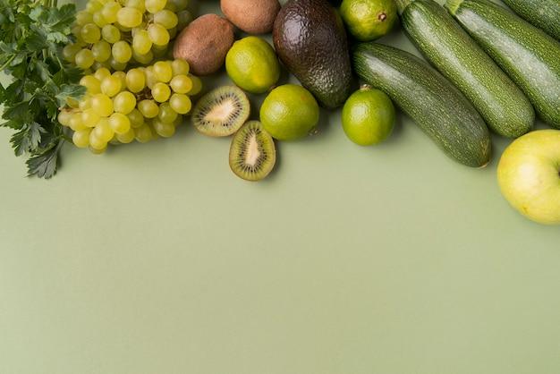 Piatti laici frutta e verdura con copia-spazio Foto Gratuite