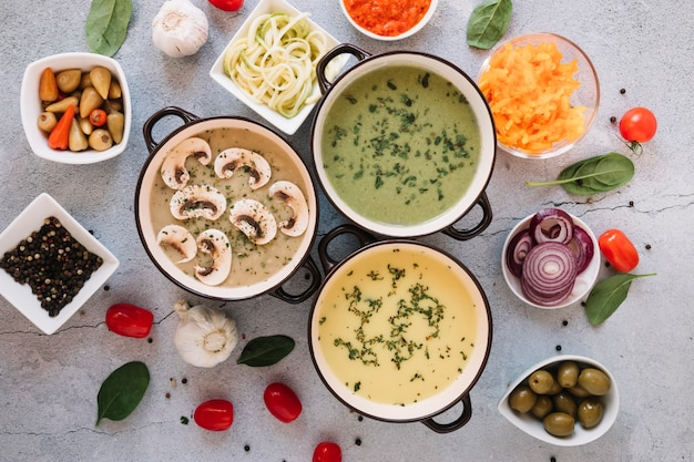 Piatti piatti con zuppe e aglio Foto Gratuite