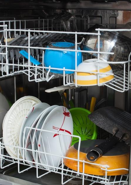 Piatti sporchi caricati in lavastoviglie Foto Premium
