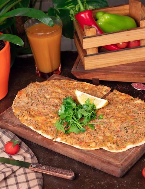 Piatti turchi: lahmacun, pizze turche, limone, prezzemolo Foto Gratuite