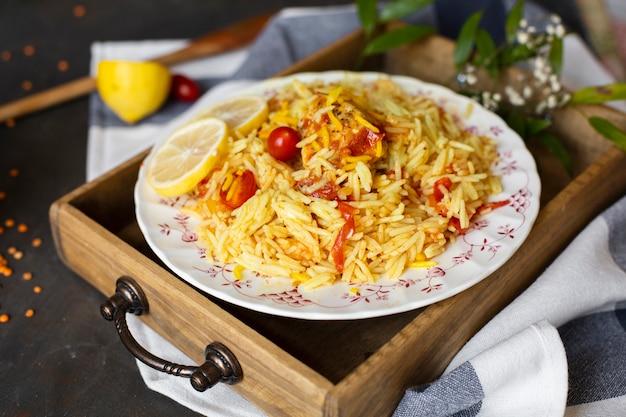 Piatto asiatico con riso e salsa al pomodoro Foto Gratuite