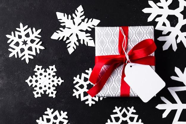 Piatto avvolto regalo avvolto su sfondo nero Foto Gratuite