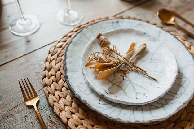 Piatto bianco e forchetta d'oro con un cucchiaio Foto Premium