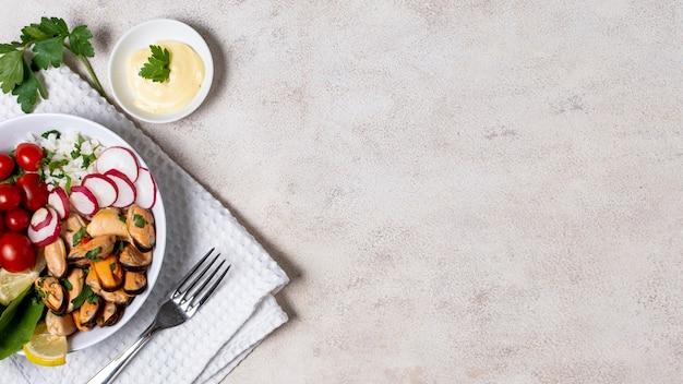 Piatto delizioso cozze con spazio di copia Foto Gratuite