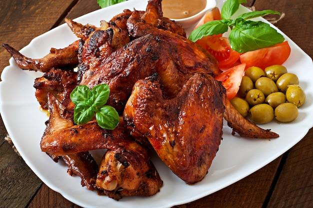 Piatto delle ali di pollo sulla tavola di legno Foto Premium