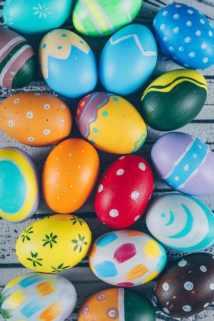 Piatto depone le uova di pasqua Foto Gratuite