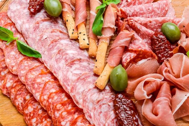 Piatto di carne con salame, chorizo, parma Foto Premium