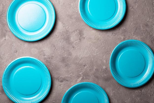 Piatto di carta blu eco friendly Foto Premium