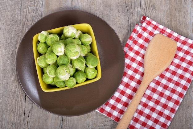 Piatto di cavoletti di bruxelles Foto Premium