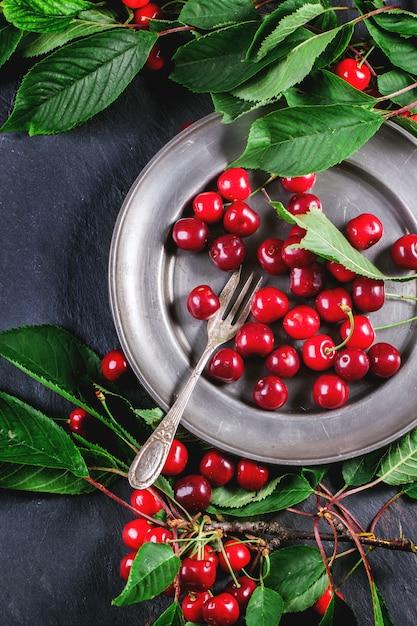 Piatto di ciliegie fresche Foto Premium