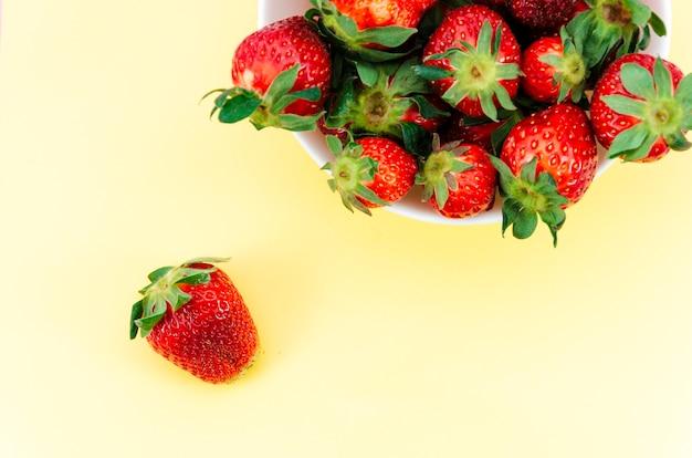 Piatto di fragole rosse Foto Gratuite