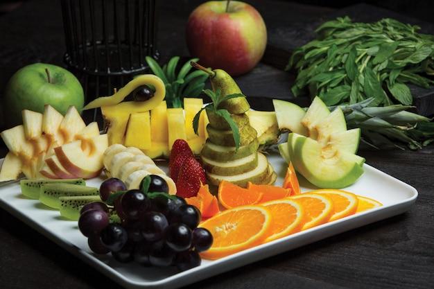 Piatto di frutta donato con ampia selezione di frutti Foto Gratuite