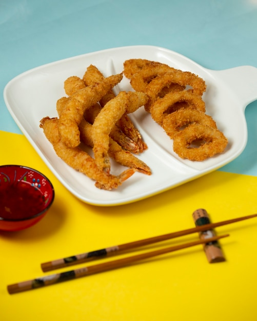 Piatto di gamberi e ostriche fritti croccanti con salsa di peperoncino dolce Foto Gratuite
