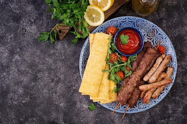 Piatto di kebab tradizionale turco e arabo ramadan mix. kebab adana, agnello e manzo Foto Premium