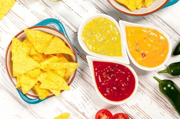 Piatto di nachos con diverse immersioni Foto Premium