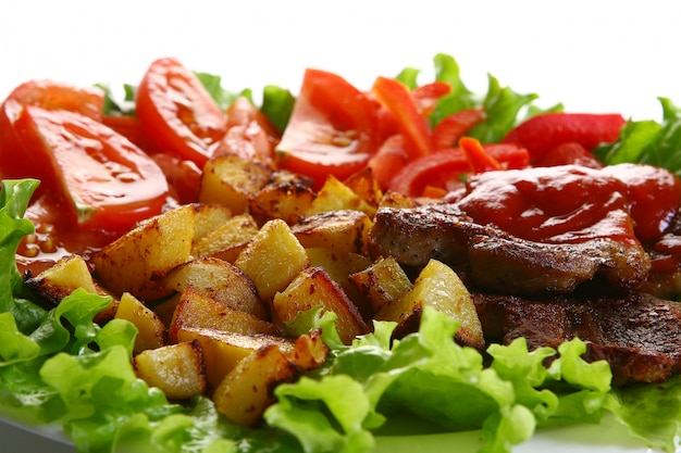 Piatto di pomodori con peper e insalata Foto Gratuite