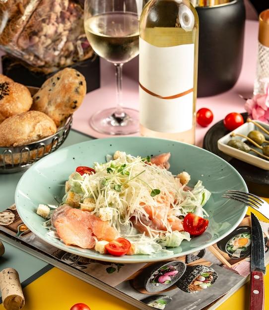 Piatto di salmone affumicato caesar salad guarnito con parmigiano grattugiato Foto Gratuite