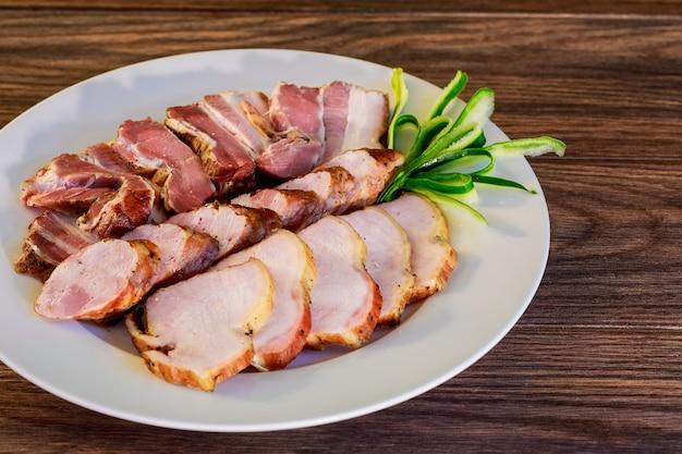 Piatto di specialità gastronomiche di deli cold meats Foto Premium