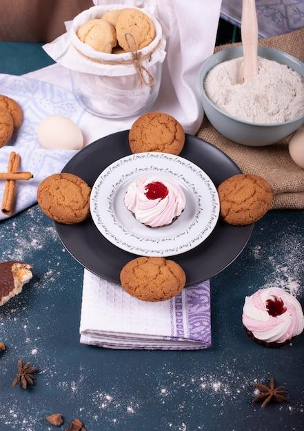 Piatto di torta e biscotti e farina Foto Gratuite