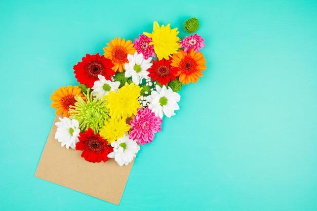 Piatto disteso con fiori nei colori primaverili ed estivi Foto Premium
