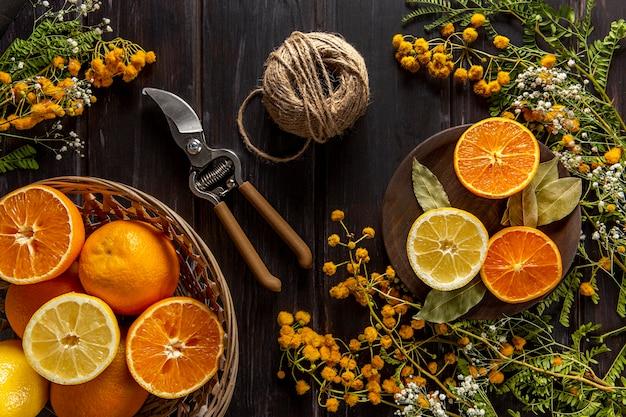 Piatto disteso di agrumi con spago e forbici Foto Gratuite