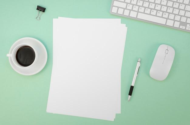 Piatto disteso di carta con tastiera e mouse Foto Gratuite