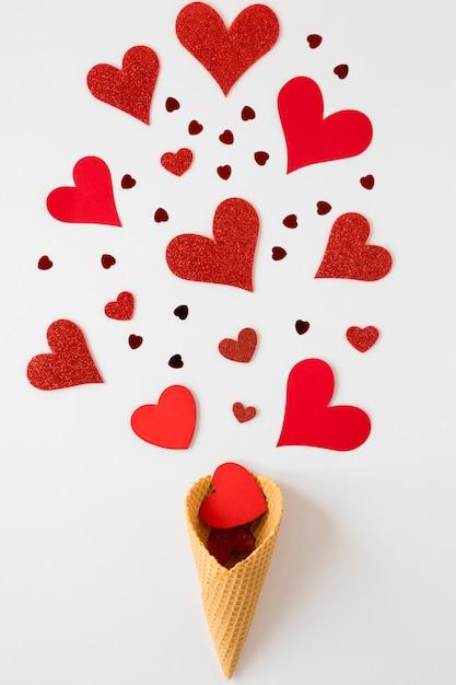 Piatto disteso di cono gelato con cuore per san valentino Foto Gratuite