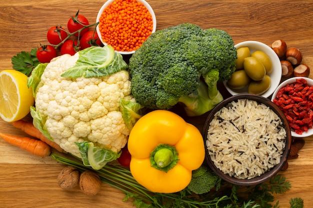 Piatto disteso di generi alimentari e spezie Foto Gratuite