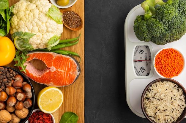 Piatto disteso di generi alimentari su tagliere Foto Gratuite