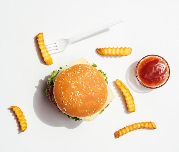 Piatto disteso di hamburger con patatine fritte e ketchup Foto Gratuite