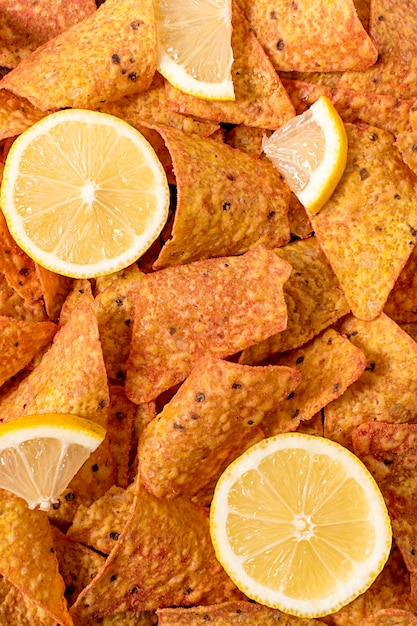 Piatto disteso di nacho con limone Foto Gratuite
