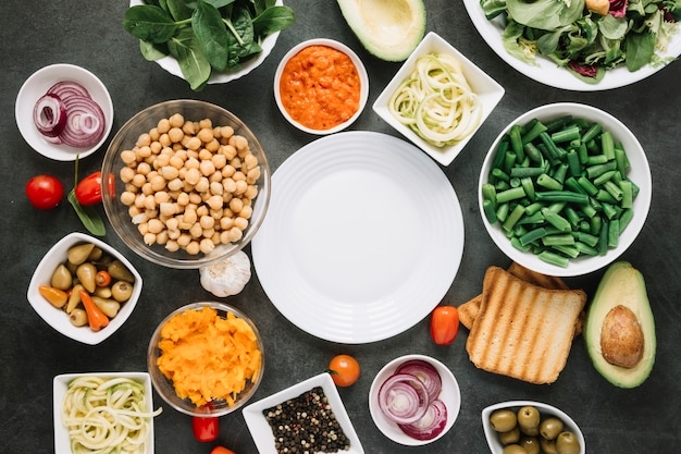 Piatto disteso di piatti con fagiolini e avocado Foto Gratuite