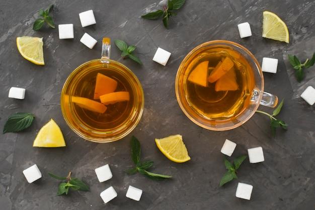 Piatto disteso di tazze da tè con zollette di zucchero Foto Gratuite