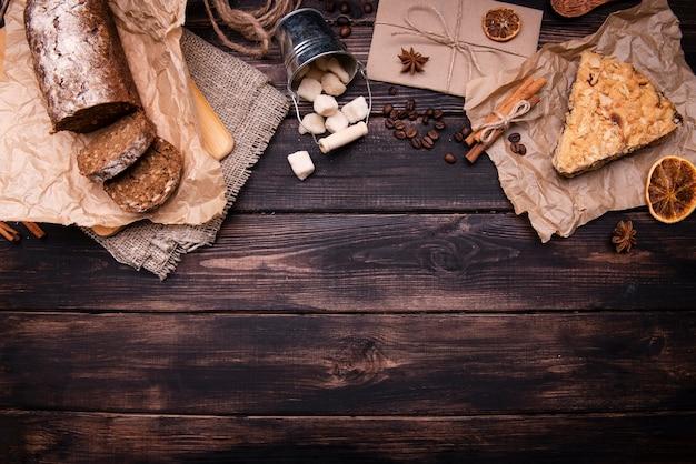 Piatto disteso di torte con agrumi secchi e cannella Foto Gratuite