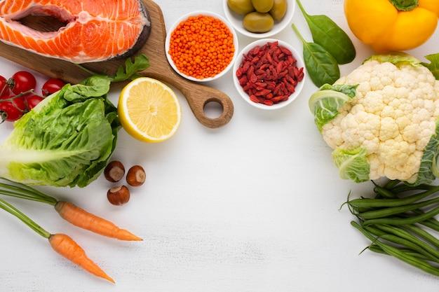 Piatto disteso di verdure con spazio di copia Foto Gratuite