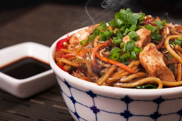 Piatto giapponese dell'alimento del pollo di yakisoba, alimento asiatico, piatto cinese delizioso di lámen, frutti di mare organici Foto Premium