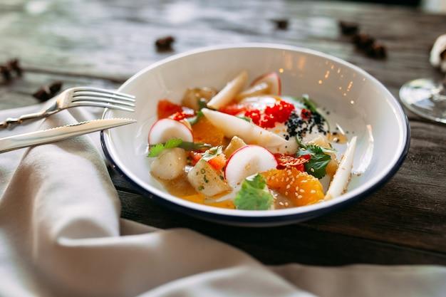 Piatto gourmet con verdure al caviale e salmone Foto Premium