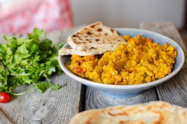 Piatto indiano interessante dell'alimento con la pita Foto Gratuite