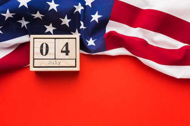 Piatto lay di bandiera americana con data Foto Gratuite