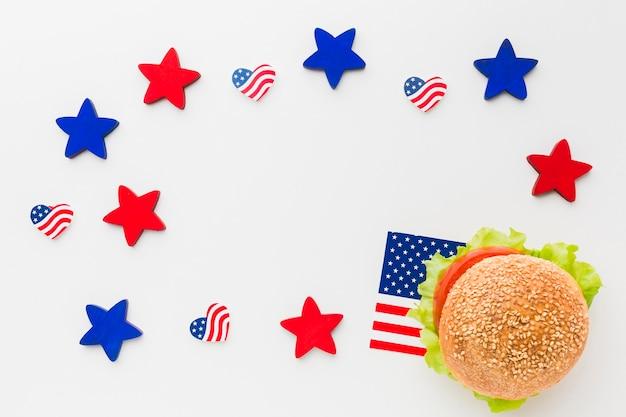Piatto lay di hamburger con bandiere americane e stelle Foto Gratuite