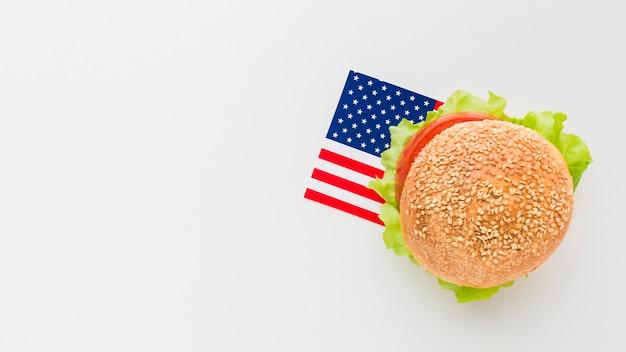 Piatto lay di hamburger con copia spazio e bandiera americana Foto Gratuite