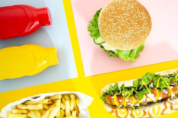 Piatto lay di menu fast food con hot dog Foto Gratuite